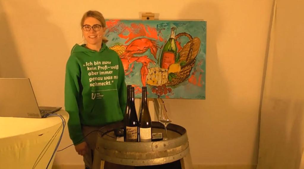 Die Winzerin Eva Vollmer vom  Weingut Vollmer bei einer virtuellen Weinprobe von Entkorkte Kunst