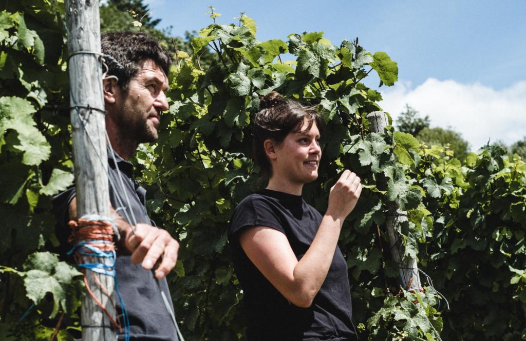 Laura und Günter Gindorf vom Weingut Günter Gindorf stehen im Weinberg an der Mosel.