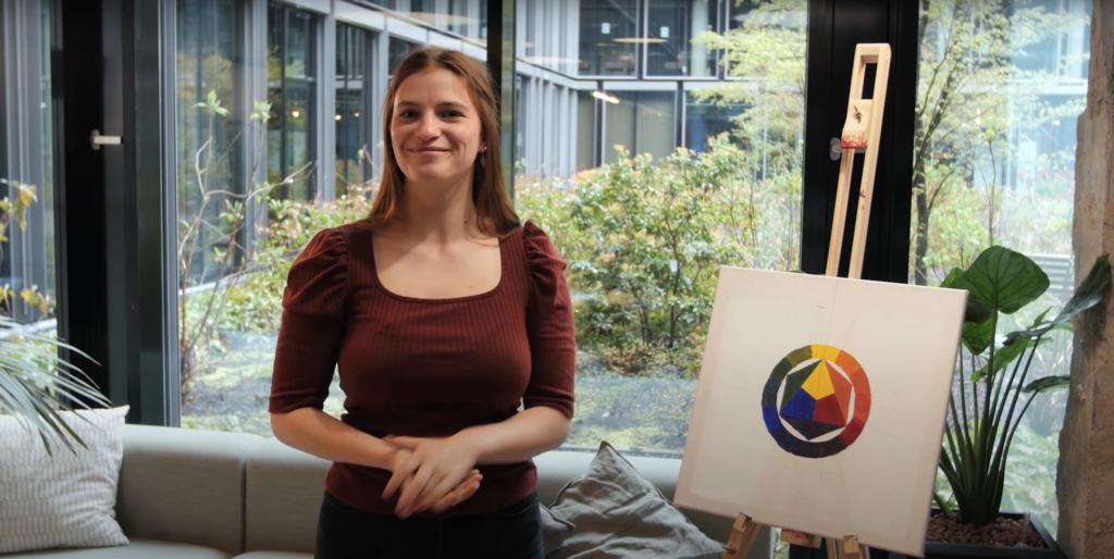 Franziska Boguslaw erläutert das Thema Malen mit Acryl.