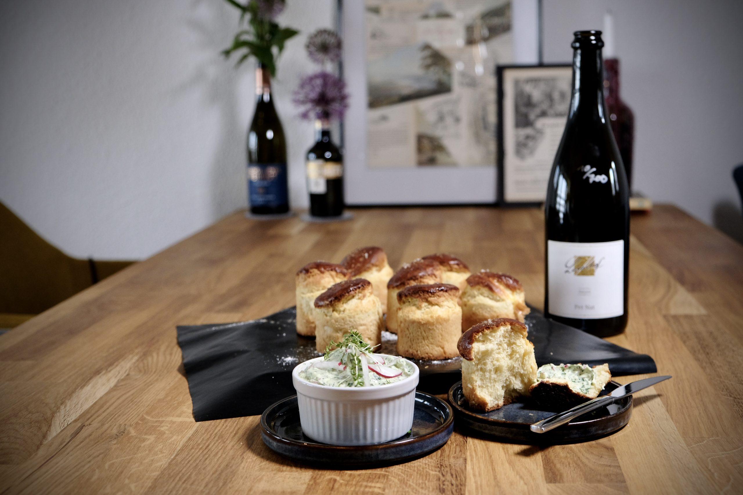 Aperitif – Brioche mit Kräuterfrischkäse mit PetNat vom Lucashof