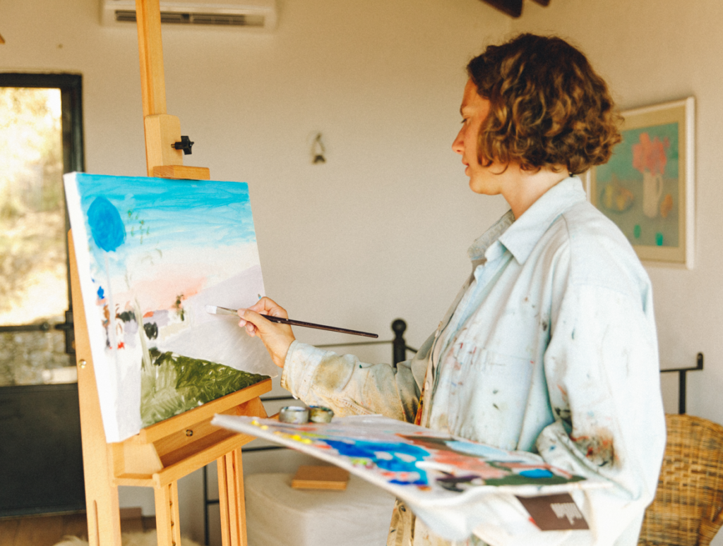 Emma Ferrer painting on a canvas